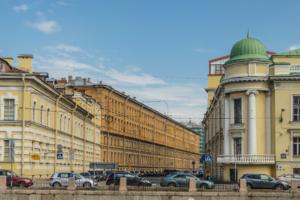 Сергей Шнуров переделал арку исторического здания в гараж, сообщает «Фонтанка»