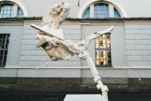 У Манежа заработала выставка современного искусства. Вот какие скульптуры там можно увидеть