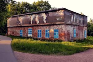 Арт-группа «Явь» расписала заброшенное здание по мотивам картин Рубенса. Ранее на нем показали пещерные и античные рисунки