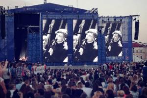 «Эта часть ПМЭФ стала наградой за то, что город неделю стоял в пробках»: 14 фотографий и видео с концерта «Би-2» на Дворцовой площади