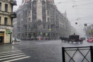 «Пролился дождь — и я на седьмом небе»: как петербуржцы радовались грозе с ливнем и градом после 30-градусной жары. 19 фото и видео
