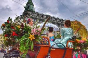 Как в Петербурге проходит фестиваль цветов: кареты на Невском, модели в платьях из бутонов и огромный букет у Исаакия