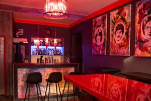 На улице Декабристов открылся бар для блогеров. Там подают коктейли в честь Данилы Поперечного и фотографируют посетителей