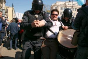 Суд прекратил дело петербуржца, которого задержали на первомайском шествии с барабаном