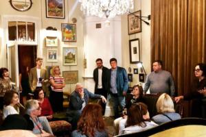 В квартире с альфрейными росписями в Петербурге запустили проект «Жизнь с искусством». Там будут показывать картины современных художников