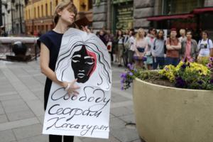В центре Петербурга проходят пикеты в защиту сестер Хачатурян, обвиняемых в убийстве отца