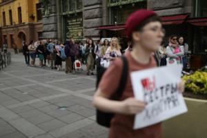Петербурженки выстроились в очередь, чтобы пикетировать в поддержку сестер Хачатурян. Одна фотография