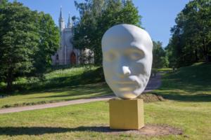 В парке Александрия установили первую современную скульптуру — это увеличенная в масштабах посмертная маска Пушкина