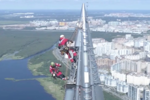 Альпинисты установили на шпиле «Лахта Центра» метеостанцию, фиксирующую погоду в Петербурге