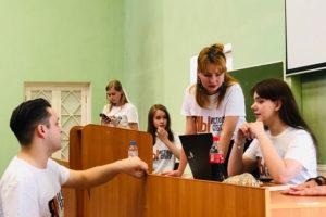 Тысячи студентов СПбГУ протестуют против ликвидации факультативов, собирающих менее 10 слушателей. Что известно о конфликте