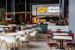 В Приморском районе открылся фуд-холл City Food — с раменной от «буше», тайской лапшичной и эклерной. Как выглядит новое пространство и что там можно попробовать