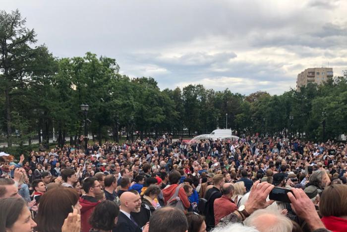 В Москве проходит акция за допуск оппозиционных кандидатов на выборы в Мосгордуму. Задержали одного человека