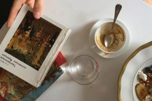Книжный клуб кофеен Doris запустил подкаст о литературе. Первый выпуск — о том, как читать книги в оригинале