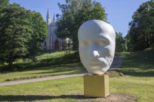 «Не память Пушкину, а юбилей телекомпании ВИД»: что петербуржцы говорят о скульптуре в виде посмертной маски Пушкина в парке Александрия