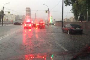 В Невском районе затопило дороги во время ливня и града
