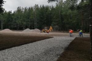 В Смольном обещают до конца лета благоустроить парк «Сосновка», где строят стадион. Там ремонтируют дорожки и газоны