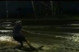 Петербуржец проехал по затопленной дороге на вейкборде. Вот видео, как он рассекает лужи среди автомобилей
