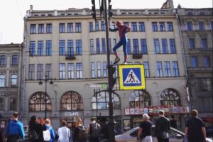 «Удивительно — бухущий Человек-паук 2»: петербуржец в образе пьяного супергероя попытался прыгнуть с моста и вскарабкаться на Дом Зингера