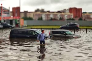 Север Петербурга снова затопило из-за ливня. На станциях метро вода, водители бросают машины, по улицам гуляют босиком