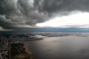 Это восьмичасовая буря над Петербургом, показанная за одну минуту. Видео снимали с высоты небоскреба