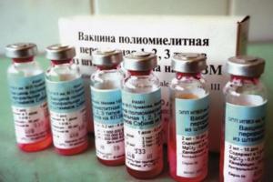 В Петербурге привитый живой вакциной школьник учился вместе с непривитыми детьми. Родители жаловались, что он мог заразить других полиомиелитом