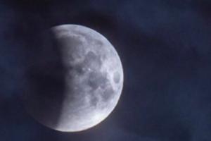 Лунное затмение в Петербурге помешала увидеть непогода. Но некоторым удалось его сфотографировать 🌒