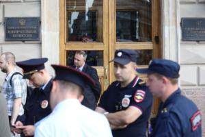 Горизбирком регистрирует оппозиционных кандидатов, но теперь их пытаются снять через суд. Что сейчас происходит с муниципальными выборами в Петербурге