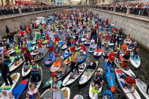 В Петербурге прошел фестиваль сап-серфинга. Посмотрите, как сотни людей плыли по Фонтанке в костюмах пиратов, динозавров и принцесс
