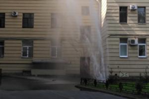 На нескольких улицах на Васильевском острове прорвало трубы. Очевидцы сравнивают струи воды с фонтанами Петергофа