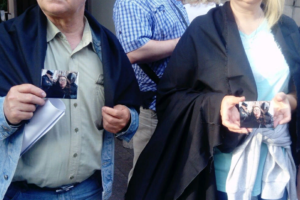 На Невском прошла акция памяти убитой ЛГБТ-активистки Елены Григорьевой. Ее участники несли цветы и раздавали черные накидки