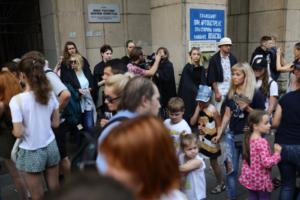 Петербуржцы вышли на акцию памяти убитой активистки Елены Григорьевой — в черных накидках и с плакатами против гомофобии. Три фото