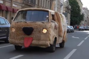 Петербургский блогер создал «собакомобиль» из фильма «Тупой и еще тупее». И проехал на нем по центру города
