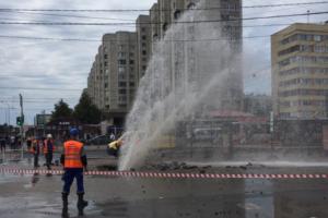 У «Приморской» прорвало трубу. Струя воды поднялась на высоту в несколько этажей
