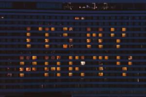 На фасаде отеля в Петербурге зажгли надпись It's my party. Это акция в честь дня рождения Дженнифер Лопес