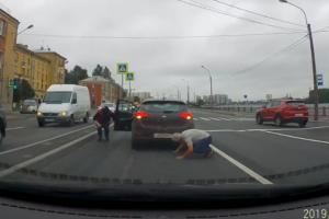 На Октябрьской набережной котенок выбежал на дорогу и спрятался под автомобиль. Его вышли спасать сразу три водителя! 🐱