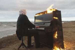 Петербургский музыкант исполнил композицию Макса Рихтера на горящем пианино