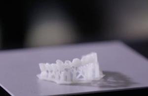 В Петербурге работает интернет-магазин для стоматологов StomShop. Там продаются 3D-принтеры, которые печатают зубные коронки прямо в кабинете врача
