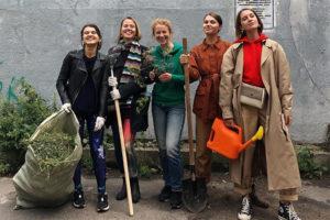 Как и зачем петербурженки озеленили сквер и двор в центре Петербурга и почему им помогали десятки волонтеров