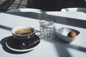 Вот десять мест в Петербурге, чтобы выпить кофе среди цветов или с видом на залив. Секретное заведение, кафе в саду и микрокофейня во дворе