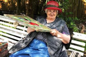 Это Юлия Алешичева — 81-летняя петербургская художница с деменцией. Она вышивает картины со Spice Girls и овальными котами и повторяет полотна Рафаэля