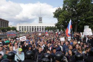 На площади Ленина собралось около 2,5 тысяч человек. В Петербурге проходит митинг за свободные выборы