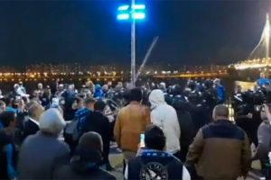 Фанаты «Зенита» второй раз за месяц подрались с ОМОНом — теперь на двоих болельщиков завели уголовное дело. Что известно о конфликте и его последствиях
