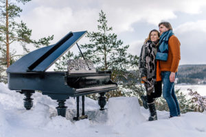 Петербургский пианист играет на рояле в каньоне, на горе и посреди мусора. Зачем он это делает и как проходят выступления