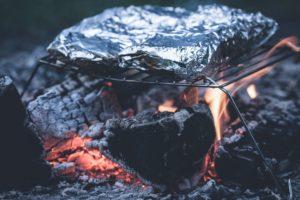 Почему не стоит готовить мясо в фольге и чем опасны чугунные сковородки? Рассказывает исследовательница наночастиц