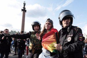 На Дворцовой площади прошел ЛГБТ-прайд, задержали 15 человек. Три фото с акции