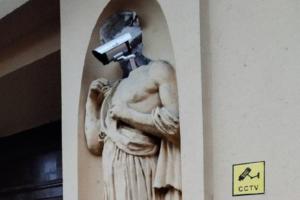 На скульптуре на историческом доме Кирилловых появилась камера видеонаблюдения. Это критика «театра безопасности»