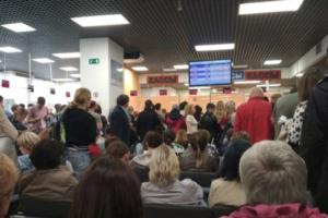 Сотни петербуржцев часами стоят в очередях в визовом центре Финляндии из-за новых правил получения «шенгена». 12 фото и видео
