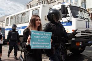 В Петербурге на пикетах в поддержку московских протестов задержали почти 80 человек —это самые массовые задержания за год. Что об этом известно