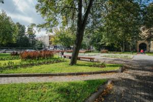 Сквер на Торжковской улице отремонтировали впервые за всю его историю. Теперь там ухоженные газоны, деревянные скамейки и плитка на дорожках