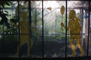 В заброшенных теплицах Таврического сада появились силуэты людей. Это новая работа Леши Бурстона «Призраки»
